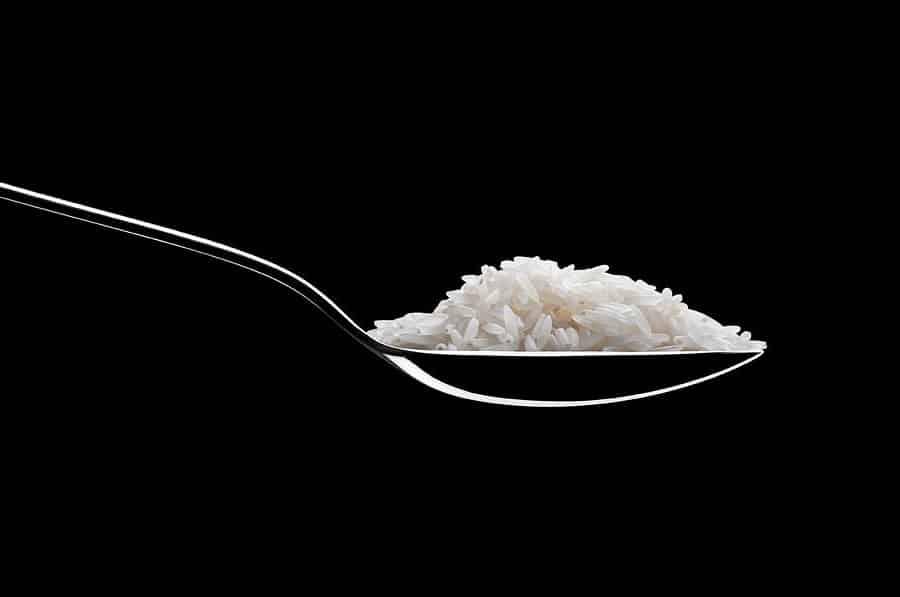 Ложка наполненная рисом