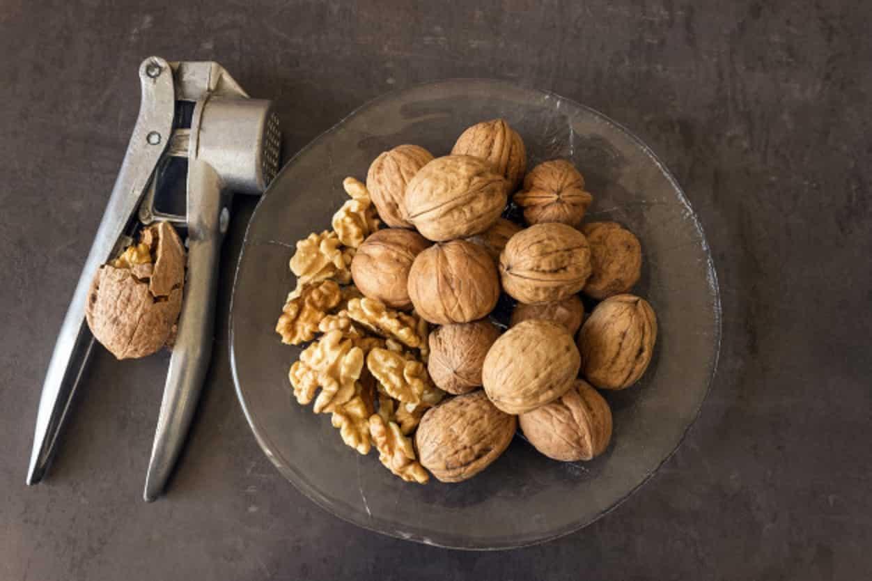 Грецкие орехи в стакане